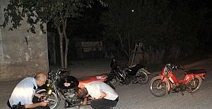 Polisi görünce motosikletleri bırakıp kaçtılar
