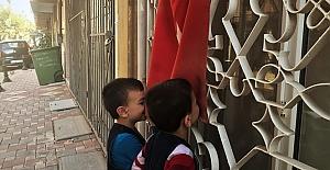 Suriyeli çocuklar Türk bayrağını...