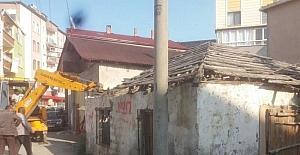 Alaçam'da metruk binalar yıkılıyor