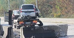 Bariyerlere çarpan aracın motoru yerinden fırladı: 1 yaralı