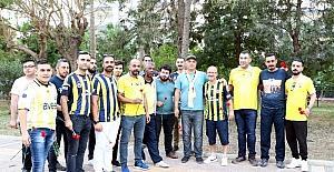 Fenerbahçeli taraftarlardan Mersin'deki bombalı saldırı yerine karanfil