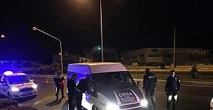 Hırsızlık zanlıları, polis ateş açınca aracı bırakıp kaçtı