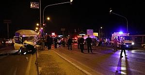 Hız sınırını aşan kamyonetler kaza yaptı: 1 ölü 5 yaralı