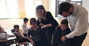 Kırsal mahalledeki öğrencilere kışlık giysi yardımı