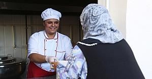 Mezitli'de gönüllüler ihtiyaç sahibi vatandaşların sofraları sıcak yemekle buluşturuyor