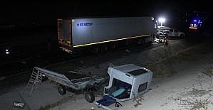 Tır yol kenarında arıza yapan kamyonete...