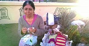 Yaptığı el işlerini satarak geçimini sağlıyor