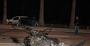 Ağaçlara çarpan otomobil ikiye ayrıldı: 5 yaralı