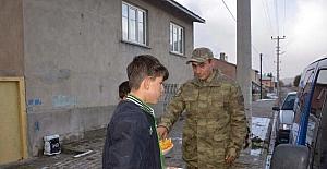 Çocuklardan asker ağabeylerine çay ve meyve ikramı