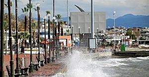 Dev dalgalar Edremit sahillerini dövüyor