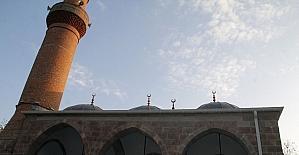 Doğu Karadeniz'de Selçuklu mimarisi ile yapılan en eski cami olan Behramşah Camisi ibadete açıldı