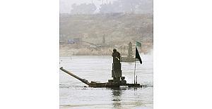 Güney Kore tanklarını nehirden geçirdi