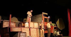 'Kamyon' tiyatrosuna yoğun ilgi