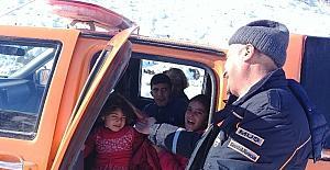Kar nedeniyle köyden çıkamayanların imdadına AFAD yetişti