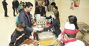 Kaymakam Kazez, öğrencilerle yemek sırasında girdi