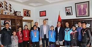 Madalyalı atletlerin Başkan Özkan'ı ziyareti