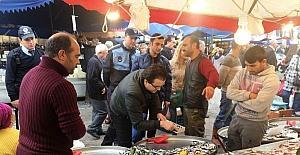 Mevzuata aykırı satılan balıklara İzmit Zabıtası el koydu