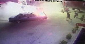 Otomobil akaryakıt istasyonunda yanmaya başladı