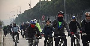 Hava kirliliğine dikkat çekmek için pedal çevirdiler