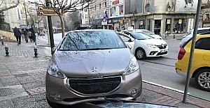Kaldırıma çıkan sürücü, belediye panosuna çarparak durabildi