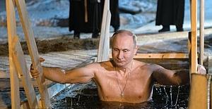 Putin buzlu göle daldı