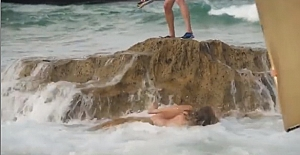 Manken kadın poz verirken sulara gömüldü