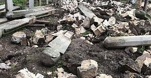 Tarihi mezar taşları kırılarak imha edildi