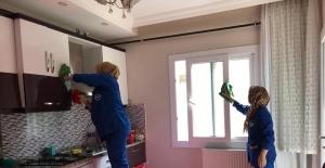 Ceyhan'da yaşlıların evlerinde bayram temizliği yapılıyor