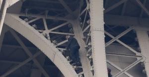 Eyfel Kulesi'ne tırmanan adam indirildi
