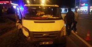 Minibüs ile otomobil çarpıştı : 3 yaralı