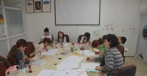 Öğrencilerine mandala sanatını öğretiyor