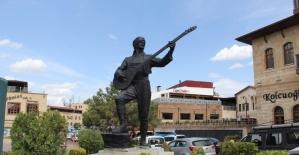 Refik Başaran'ın heykeli yeni yerine taşındı