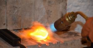Tamamen el ürünü işlemeciliği ile aksesuarlar üretiyor