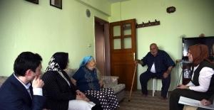 Vali eşinden yaşlı aileye ziyaret