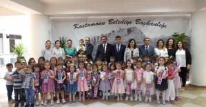 Belediye Kreşi öğrencileri, karnelerini Başkan Vidinlioğlu'ndan aldı