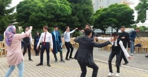 Liseliler mezuniyeti göbek atarak kutladı