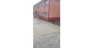 Sağanak yağış okul bahçesini göle çevirdi