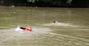 Sakarya Nehri'ne düşen vatandaşların kurtarılma anları nefes kesti