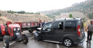 Traktör ile hafif ticari araç çarpıştı: 4 Yaralı