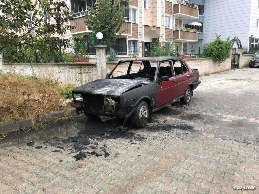 Alev alan LPG'li otomobil mahalle sakinlerini korkuttu