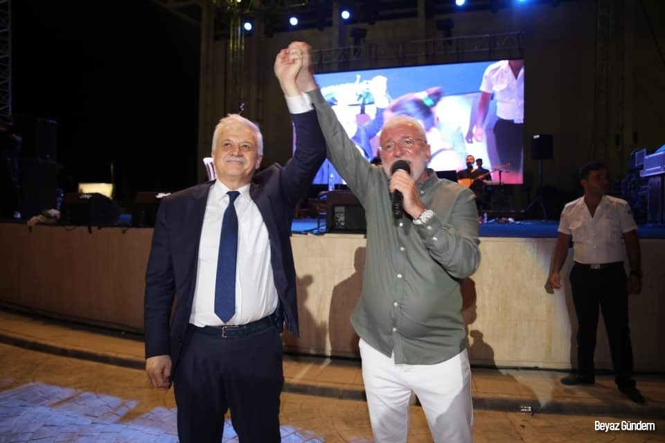 Burhaniye'de Onur Akın konseri coşturdu