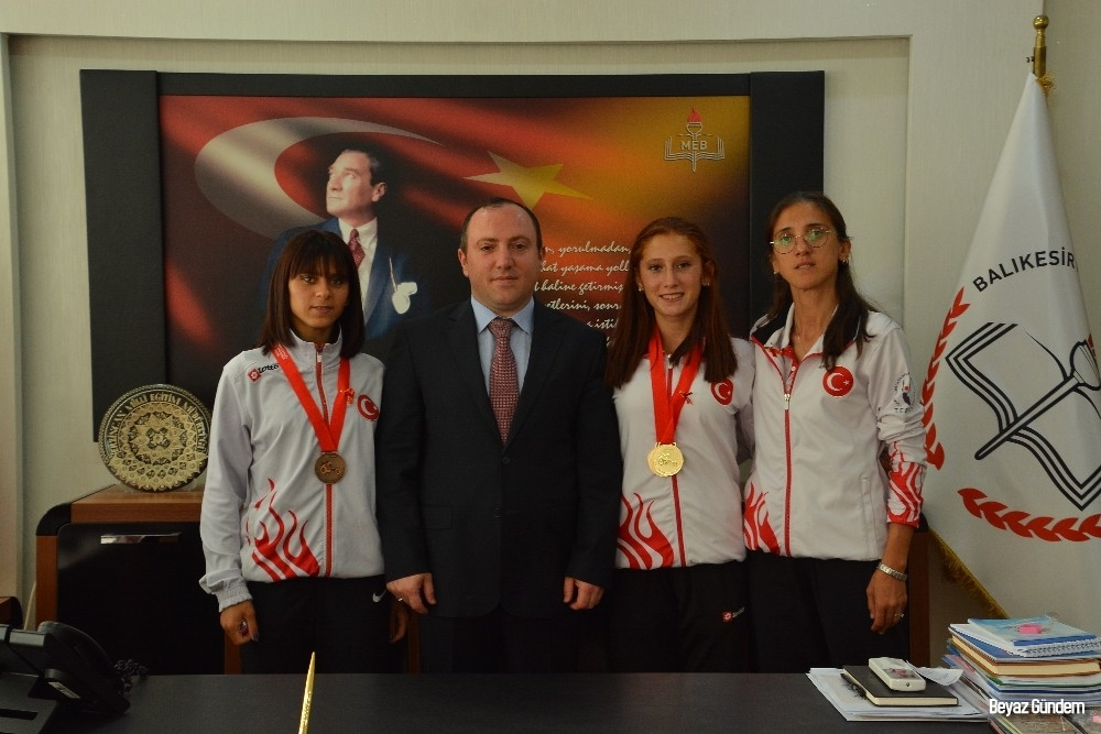 Dünya atletizm şampiyonları Müdür Yıldız'ı ziyaret etti