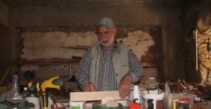 Gurbette özlemini çektiği eski köy aletlerinin maketini yapıyor