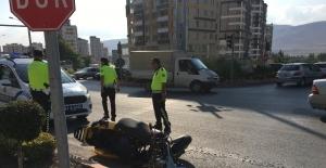 Motosiklet otomobile çarptı; 1 yaralı