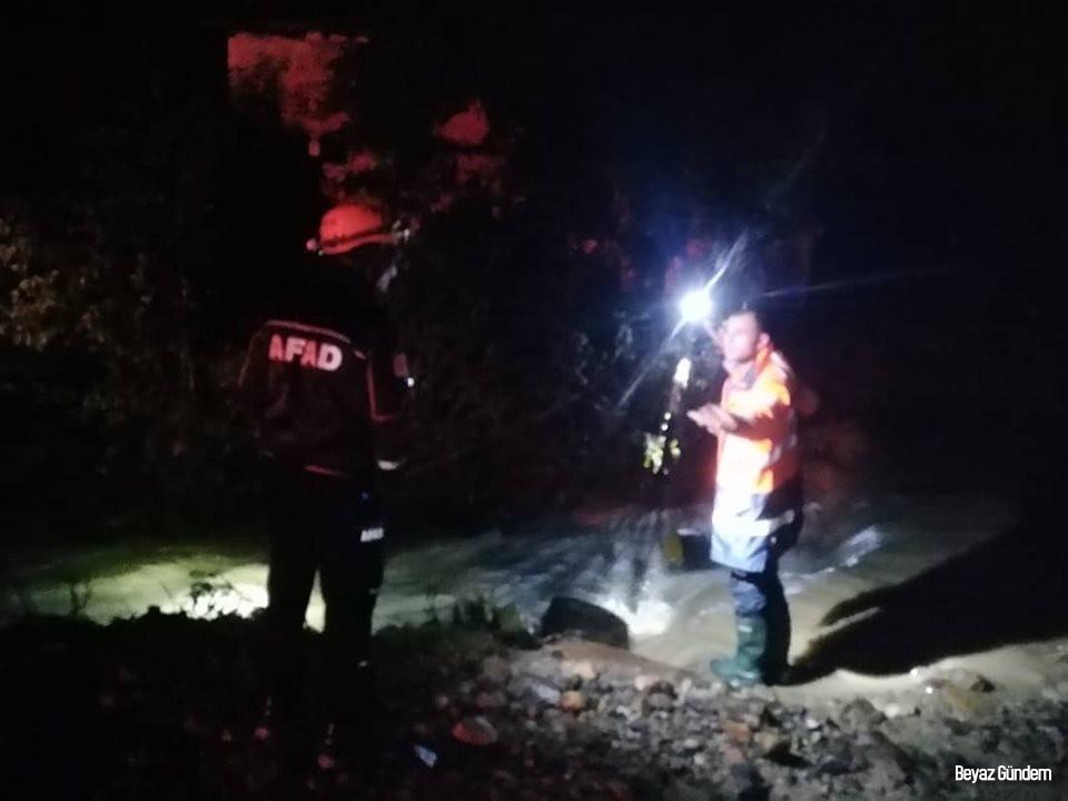 Şiddetli yağış sonrası köprü çöktü, 7 kişilik aile AFAD ekiplerince kurtarıldı