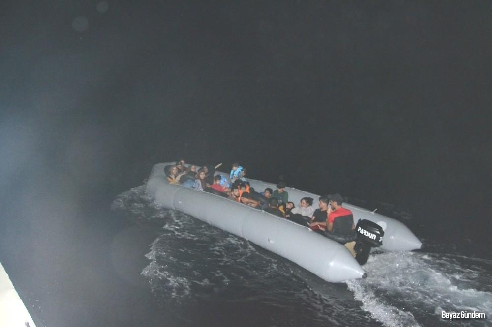 Sisam adasına kaçmaya çalışan düzensiz göçmenleri sahil güvenlik helikopteri yakaladı