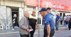 Yaşlı adam emekli maaşını çekmek için gittiği bankada büyük şok yaşadı
