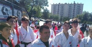Bakan Kasapoğlu gençlerle beraber yürüdü