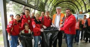 Başkan Kurt vatandaş ile çöp topladı