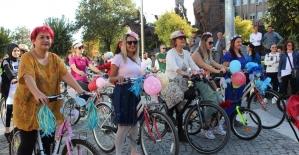 Uşak'ta ilk kez 'Süslü Kadınlar Bisiklet Turu' gerçekleştirildi